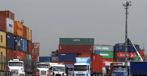 Placeholder - loading - Imagem da notícia Protesto de caminhoneiros afeta fluxo no porto de Santos, diz cooperativa de motoristas