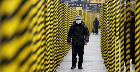 Temores de coronavírus atingem Coreia do Sul; China tem queda em novas infecções