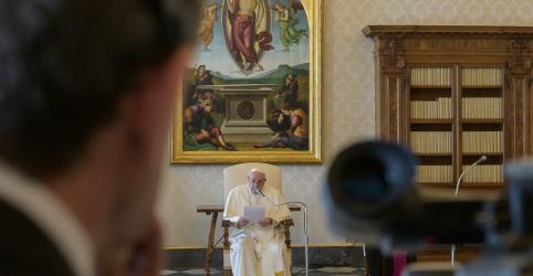 Placeholder - loading - Imagem da notícia Papa realiza primeira audiência virtual devido a isolamento na Itália pelo coronavírus