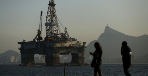 Placeholder - loading - Imagem da notícia Queda do petróleo pode cortar em 20% aporte em exploração no país, diz Wood Mackenzie