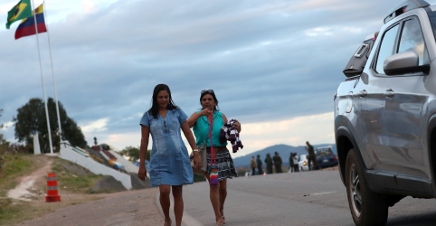 Placeholder - loading - Imagem da notícia Brasil estuda alternativas para decretar fechamento de fronteiras