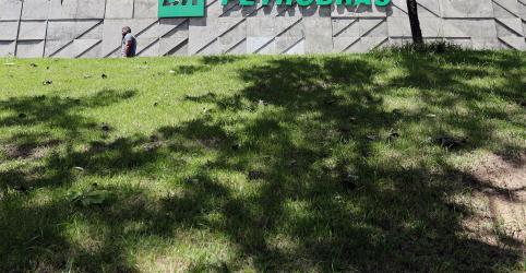 Placeholder - loading - Imagem da notícia Petrobras avalia ajuste em plano de negócios após queda do petróleo, diz fonte