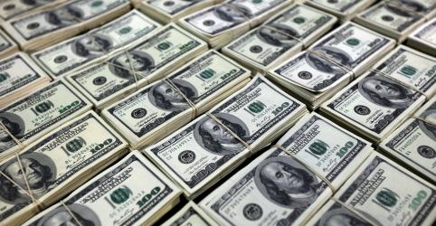 Placeholder - loading - Imagem da notícia Dólar amplia ganhos ante real em meio a pessimismo global e de olho em BCs