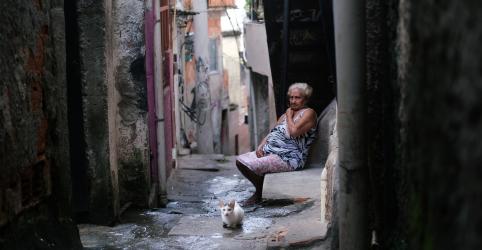 Placeholder - loading - Imagem da notícia Chegada do coronavírus deixa favelas do Rio em alerta e até crime organizado entra no combate