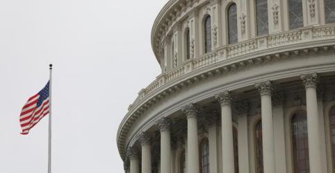 Placeholder - loading - Imagem da notícia Senado dos EUA aprova projeto de US$2 tri para combater crise do coronavírus