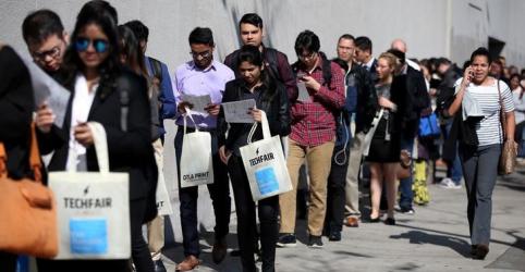 Placeholder - loading - Imagem da notícia Pedidos de auxílio-desemprego nos EUA saltam a recorde de 3,28 mi com demissões em massa por coronavírus