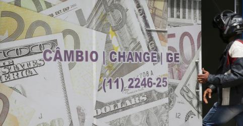 Placeholder - loading - Imagem da notícia Dólar fecha abaixo de R$5 e tem mínima em 2 semanas com exterior