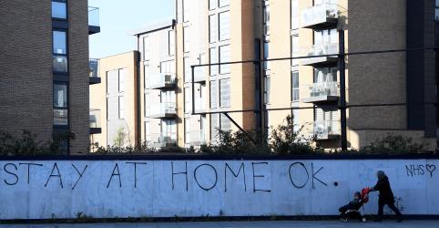 Reino Unido se prepara para longo isolamento; número de mortos sobe para 4.313