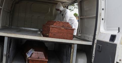 Placeholder - loading - Imagem da notícia Com enterros em valas comuns por crise do coronavírus, Manaus sofre com falta de caixões