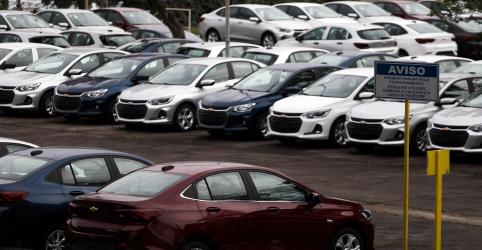 Venda de veículos novos desaba 76% em abril, diz Fenabrave
