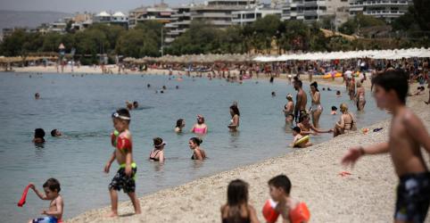 Placeholder - loading - Imagem da notícia Grécia volta às praias com onda de calor, mas mantém guarda-sóis distanciados