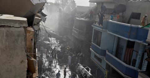 Placeholder - loading - Imagem da notícia Avião com 99 pessoas a bordo cai no Paquistão