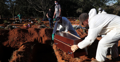Placeholder - loading - Imagem da notícia Brasil volta a registrar mais de 1 mil mortes por Covid-19 no dia e passa de 24 mil