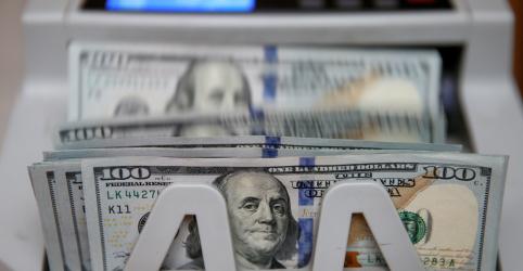 Placeholder - loading - Imagem da notícia Dólar tem maior alta em 3 semanas e real lidera perdas globais com ajustes e noticiário político
