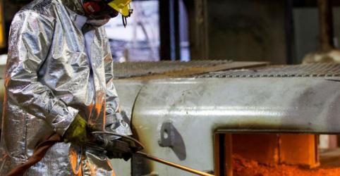 Placeholder - loading - Imagem da notícia Contração da indústria do Brasil arrefece em maio, mas segue intensa, mostra PMI