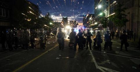 Placeholder - loading - Imagem da notícia Cinco policiais são baleados em protestos após Trump prometer acionar militares