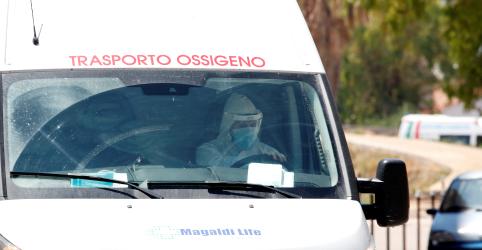 Placeholder - loading - Imagem da notícia Estudo italiano mostra carga viral de pacientes com Covid-19 menor em maio do que abril