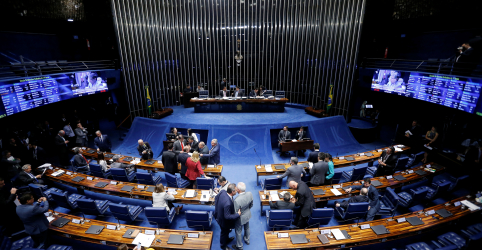 Placeholder - loading - Imagem da notícia Senado aprova projeto da Lei das Fake News, que segue à Câmara
