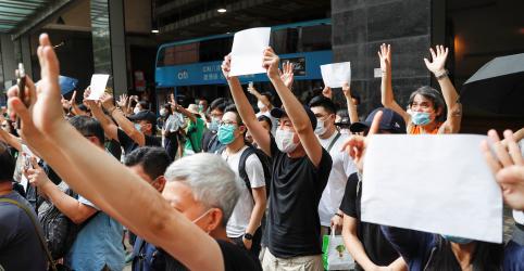 Placeholder - loading - Imagem da notícia Homem é acusado de terrorismo e incitação ao separatismo devido a cartaz em Hong Kong