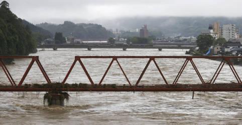 Placeholder - loading - Inundações e deslizamentos transformam ruas em rios no Japão e matam 44