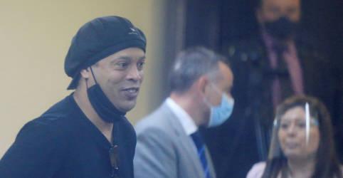 Placeholder - loading - Imagem da notícia Ronaldinho embarca de volta ao Brasil após ser libertado por juiz paraguaio