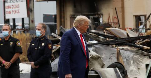 Placeholder - loading - Imagem da notícia Trump chega a Kenosha para apoiar forças de segurança em meio a protestos contra injustiça racial