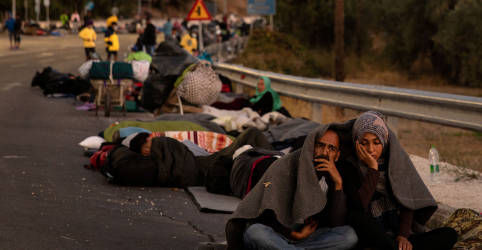 Placeholder - loading - Imagem da notícia Sem destino, imigrantes de Lesbos dormem em acostamentos e menores são transferidos