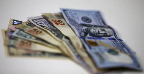 Placeholder - loading - Dólar vira e sobe ante real com piora externa; noticiário doméstico atrapalha