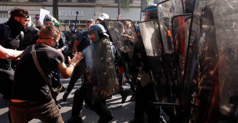 Placeholder - loading - Imagem da notícia Polícia usa gás lacrimogêneo em retorno dos protestos dos 'coletes-amarelos' em Paris