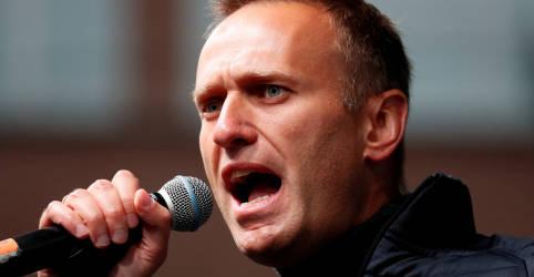 Placeholder - loading - Imagem da notícia Líder de oposição russa Navalny culpa Putin por envenenamento e promete voltar à Rússia