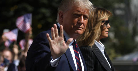 Placeholder - loading - Imagem da notícia Trump tem sintomas leves após contrair Covid-19 e segue trabalhando, diz chefe de gabinete da Casa Branca