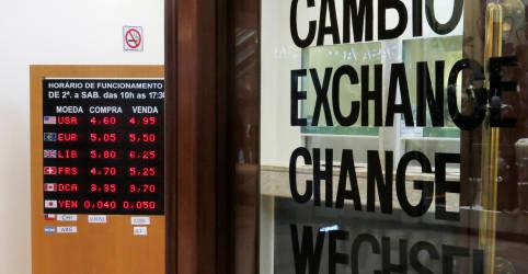 Placeholder - loading - Imagem da notícia Dólar reverte queda e fecha perto da máxima do dia com incertezas externas