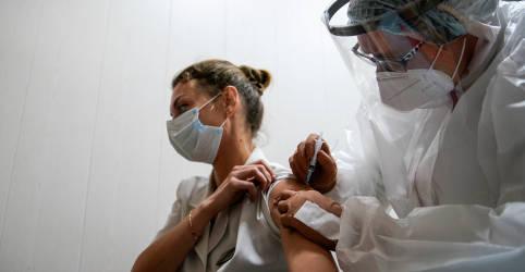 Placeholder - loading - Imagem da notícia Reino Unido pode iniciar testes de vacina em que voluntários são infectados com coronavírus