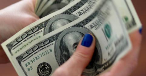 Placeholder - loading - Imagem da notícia Dólar fecha em leve alta após cair 1%; incerteza externa pesa