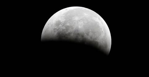 Placeholder - loading - Imagem da notícia Água na lua é mais abundante do que se sabia, mas não é potável -- ainda