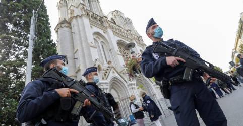 Placeholder - loading - Imagem da notícia Homem armado com faca decapita mulher e mata mais 2 em ataque em igreja na França