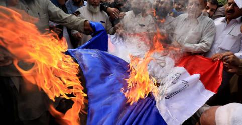 Placeholder - loading - Imagem da notícia Dezenas de milhares de muçulmanos protestam pelo mundo contra comentários de Macron