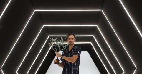 Placeholder - loading - Imagem da notícia Medvedev vence Zverev em Paris e conquista 3º título de Masters