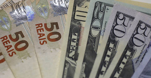 Placeholder - loading - Imagem da notícia Dólar cai e ameaça suporte de R$5,30 antes de ata do Fed