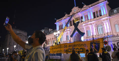 Placeholder - loading - Argentinos se despedem de Maradona na Casa Rosada