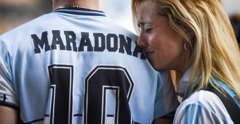 Placeholder - loading - Imagem da notícia Advogado de Maradona denuncia demora de serviços de emergência e pede investigação