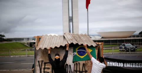 Placeholder - loading - Imagem da notícia Ativistas protestam em frente ao Congresso contra fim do auxílio emergencial; polícia retira barracos