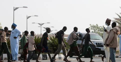 Placeholder - loading - Imagem da notícia Cansados, mas sorridentes, estudantes nigerianos libertados de sequestro voltam para casa