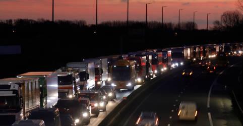 Placeholder - loading - Imagem da notícia Isolado pela Covid-19, Reino Unido tenta anular proibição a cargas da França