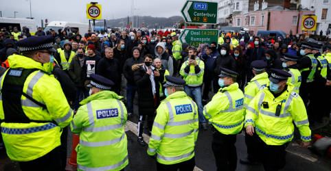 Placeholder - loading - Imagem da notícia Revoltados, caminhoneiros retidos em Dover exigem partir do Reino Unido