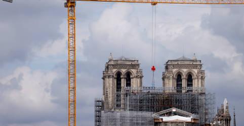 Placeholder - loading - Com coro e capacetes, Notre-Dame volta a tocar no Natal