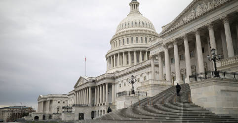 Placeholder - loading - Imagem da notícia Câmara dos EUA aprova auxílio contra coronavírus de US$2 mil proposto por Trump