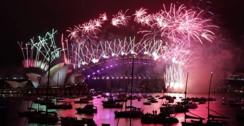 Placeholder - loading - Imagem da notícia Fogos de artifício explodem no alto de ruas vazias enquanto 2020 fica para trás