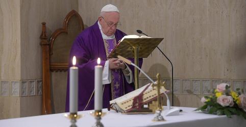 Placeholder - loading - Imagem da notícia Papa continua doente e adia audiências pelo 2º dia, mas está trabalhando