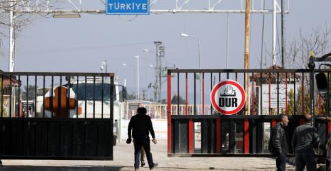 Turquia abre fronteira para refugiados sírios irem à Europa após ataque matar soldados